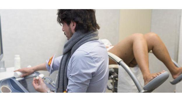 Le test de virginité est principalement effectué par des médecins, des officiers de police ou des leaders communautaires (Droit à l'éducation et au développement culturel)