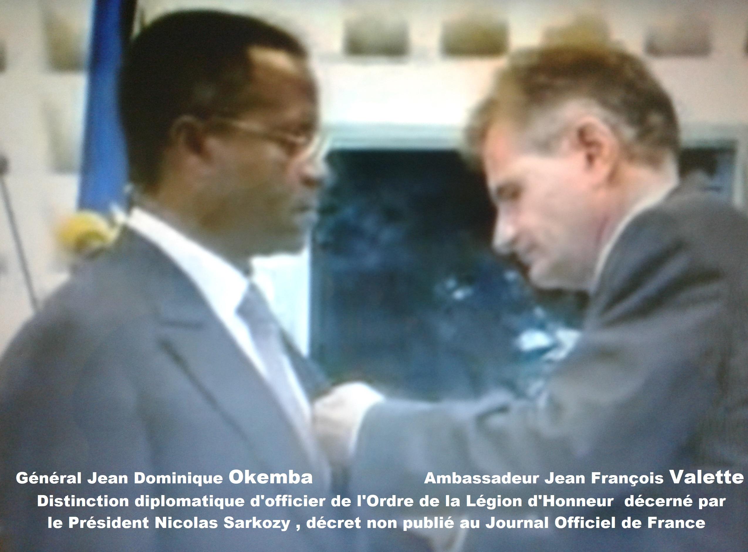 Jean Dominique Okemba tortionnaire recevant la distinction diplomatique des mains de Jean François Valette Ambassadeur de France (Violations des Droits de l'Homme en Afrique et dans le monde)