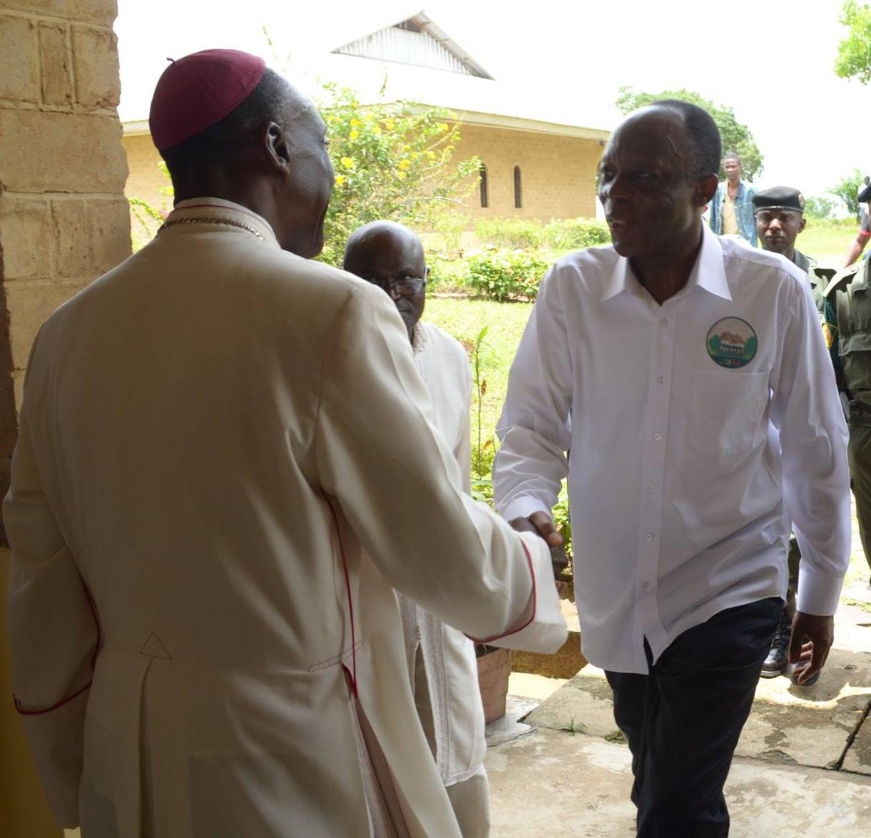 Le 9 mars 2016, Mgr Louis Portella Mbuyu, recevant à l'Evêché de Kinkala le général Jean Marie Michel Mokoko en présence de Me Massengo-Tiassé, conseiller du candidat J3M à l'élection présidentielle   (Actualités)