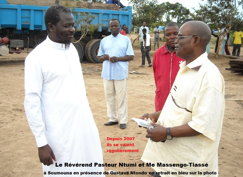 Le Pasteur Ntumi recevant Me Massengo-Tiassé à Soumouna en présence du Dr Gustave Ntondo (en bleu un peu en retrait) (Actualités)