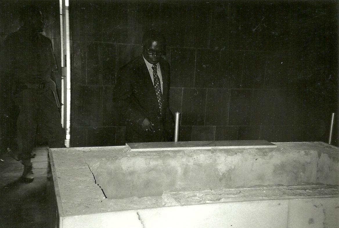 En décembre 1997, Me Massengo-Tiassé constatant le tombeau vide de Marien Ngouabi au mausolée. Son corps transféré clandestinement à Owando (Actualités)